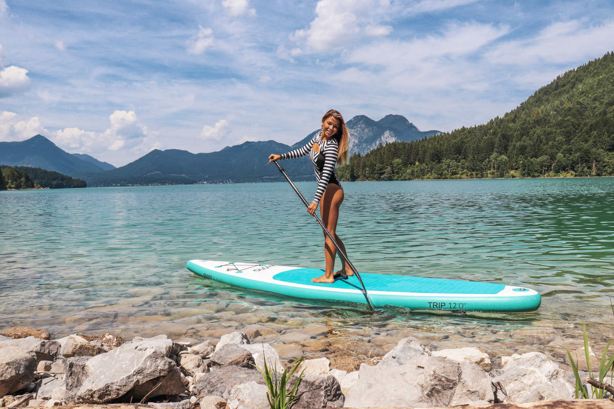 Stand Up Paddlerin am Wolfgangsee - SUP Österreich